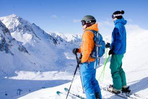 En las pistas de esquí y pistas de esquí en el clima frío,